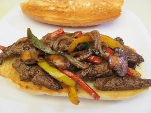 Tiras de carne, champiñones y pimientos en un bocadillo