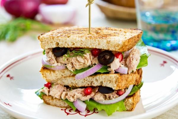 Un gran sándwich con atún