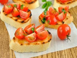 Postal: Rebanadas de pan con tomatitos cherry y aceite de oliva