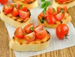 Rebanadas de pan con tomatitos cherry y aceite de oliva