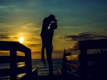 Abrazo de una pareja en una espléndida puesta de sol
