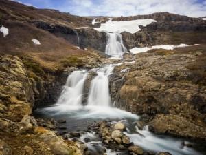 Cristalina corriente de agua entre las rocas