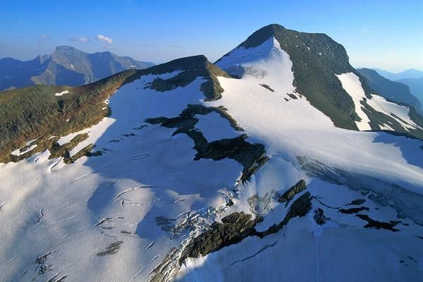 Gruesa capa de hielo en la montaña