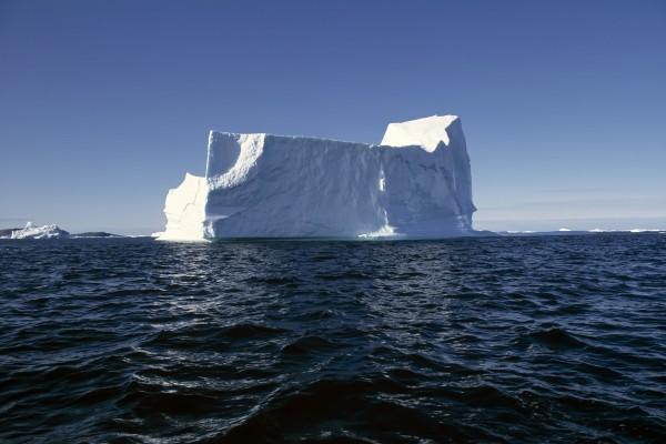 Observando un gran iceberg