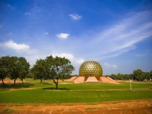 Postal: El templo Matrimandir, en Auroville (India)
