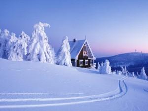 Postal: Una bonita casa en un paraje cubierto de nieve