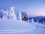Una bonita casa en un paraje cubierto de nieve
