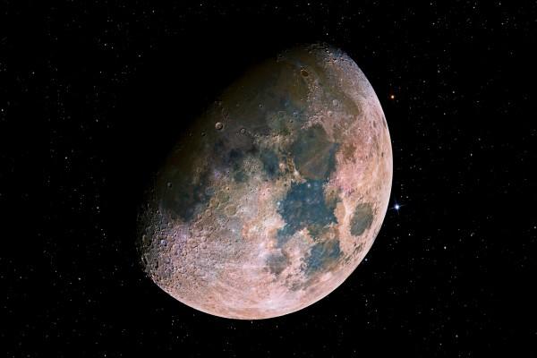 La hermosa Luna en el brillante espacio
