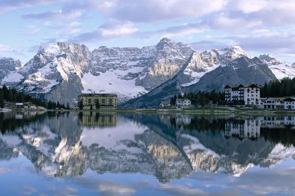 Las montañas y edificios reflejados en el lago