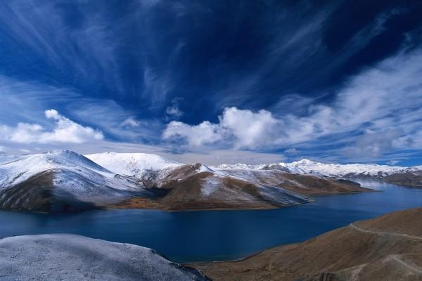 Hermoso cielo sobre las montañas