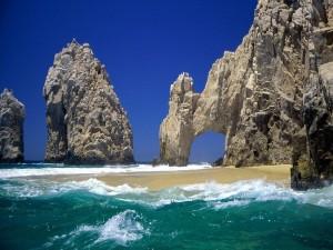 Grandes formaciones rocosas en una playa