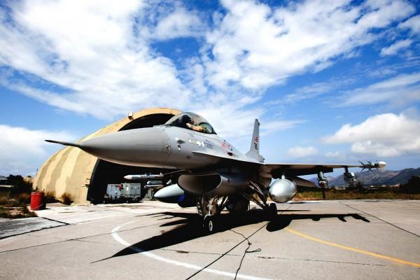 Un avión F-16 Fighting Falcon