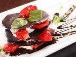 Milhojas crujiente de chocolate rellena de nata con fresas