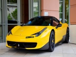 Espectacular Ferrari de color amarillo