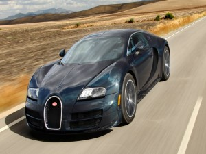 Bugatti Veyron de color oscuro circulando por una carretera