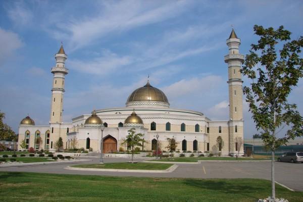 Mezquita con cúpulas doradas