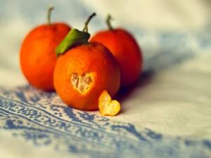 Mandarina con un corazón en su piel