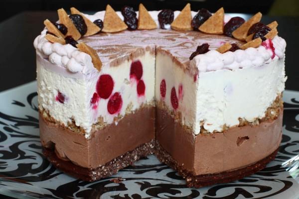 Tarta helada de chocolate y cerezas