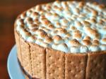 Una bonita tarta rodeada de galletas