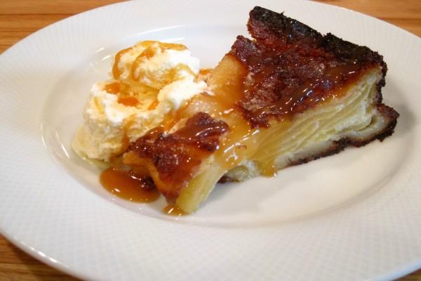 Jugosa porción de tarta de manzana con helado de vainilla