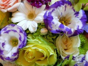 Postal: Ramo con rosas, eustomas y matricarias