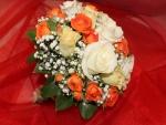 Bello ramo de rosas naranjas, amarillas y blancas
