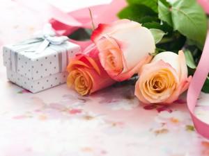 Postal: Espléndidas rosas y una cajita de regalo