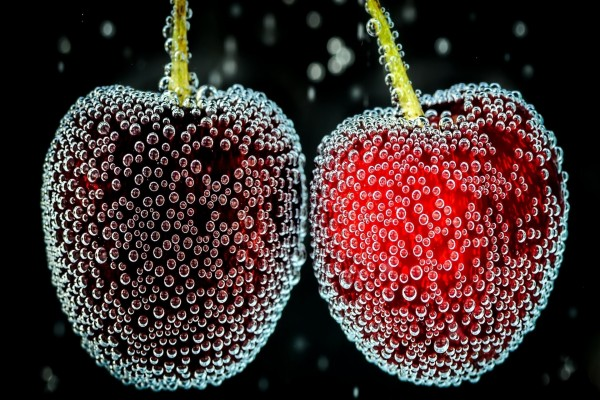 Cerezas con gotitas de agua