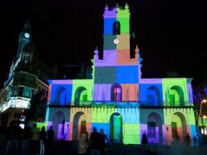 Cabildo iluminado celebrando el bicentenario argentino