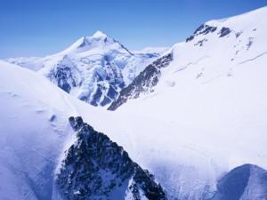 Inmensas montañas blancas bajo un cielo azul