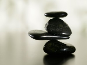 Piedras negras formando una torre zen