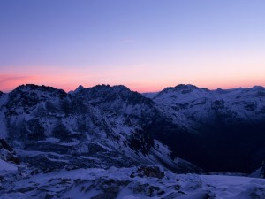 Anochece en las montañas
