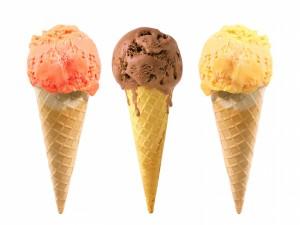 Postal: Tres helados sobre barquillos
