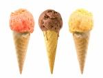 Tres helados sobre barquillos
