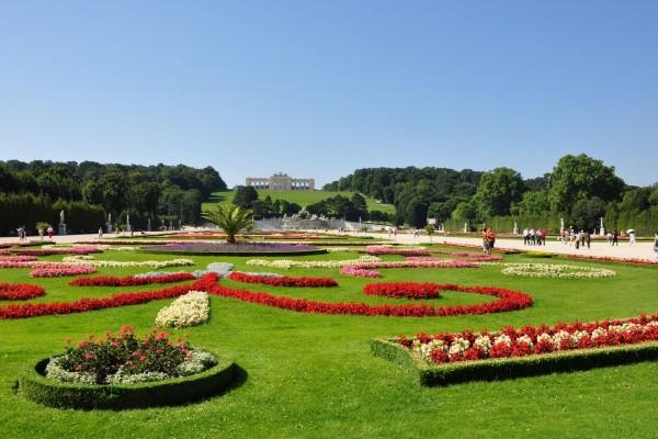 Vistosos jardines en el Palacio de Schönbrunn (Viena, Austria)
