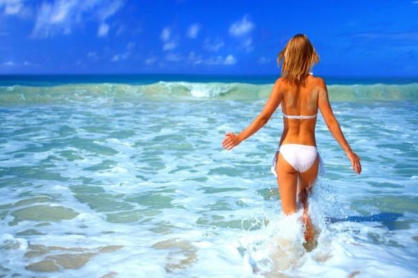 Mujer disfrutando del mar en verano