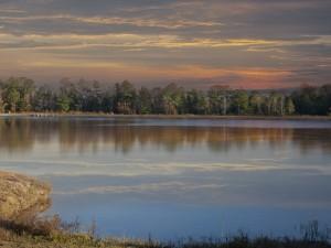Tranquilo anochecer en un lago