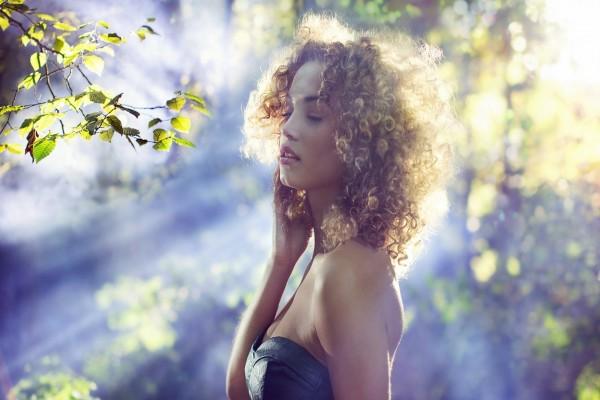 Los destellos del sol iluminan a una bella mujer