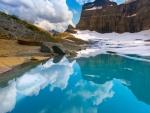 Fascinante paisaje reflejado en el lago