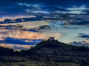 Una iglesia en la colina