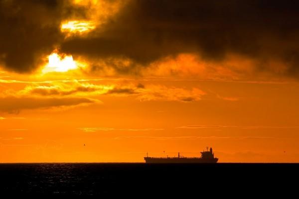 Gran buque en el horizonte