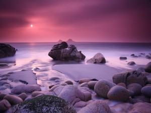 Admirando el cielo y el mar desde la costa