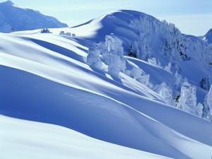 Postal: Densa capa de nieve en lo alto de la montaña