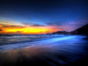Espectacular atardecer en una bonita playa