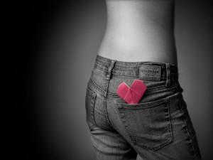 Postal: Corazón en el bolsillo trasero del pantalón