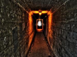 Un estrecho túnel iluminado