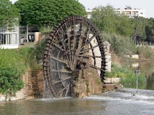 Gran rueda moviendo el agua del río