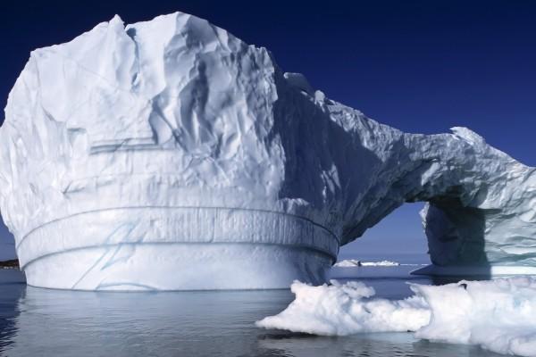 Arco en una zona del iceberg