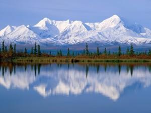 Postal: Grandes montañas nevadas reflejadas en el agua