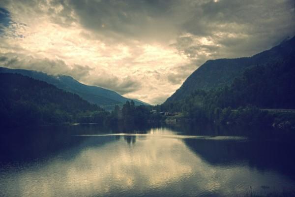 Cielo cubierto de pesadas nubes sobre un lago